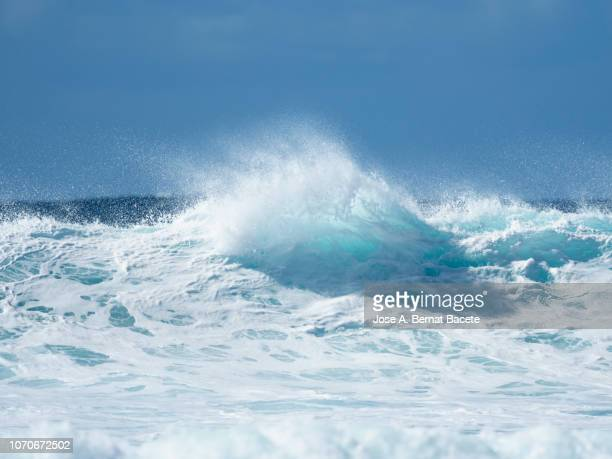 full frame of the crest of a wave of sea with white foam. - ola fotografías e imágenes de stock