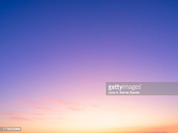 full frame of the low angle view of clouds in sky during sunset. - 薄明かり ストックフォトと画像