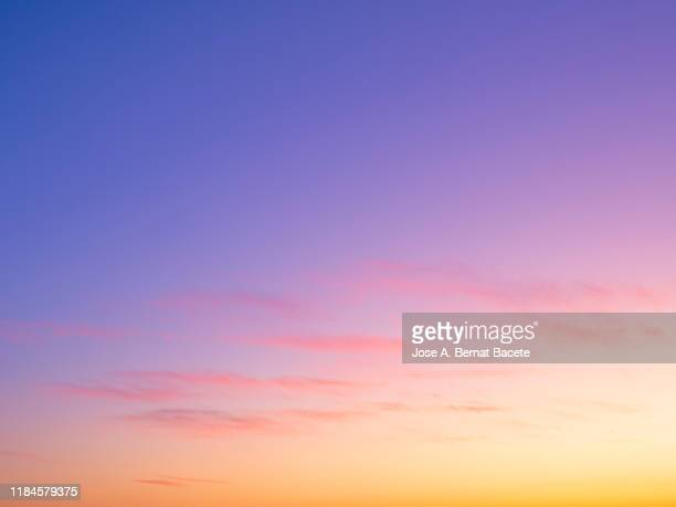 full frame of the low angle view of clouds in sky during sunset. - abenddämmerung stock-fotos und bilder