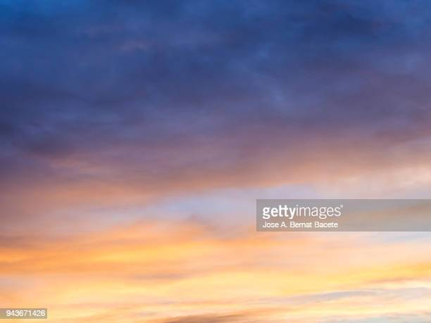 full frame of the low angle view of clouds in sky during sunset. - avondschemering stockfoto's en -beelden