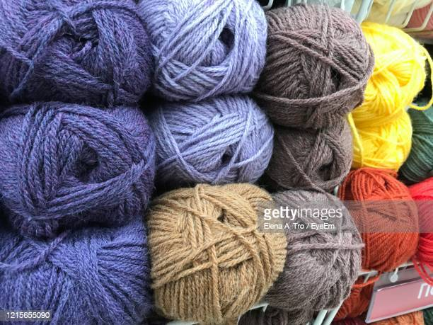 full frame shot of ball of wools - laine photos et images de collection