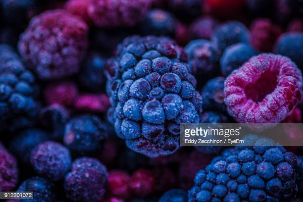 full frame shot of blackberries and raspberries - 紫 ストックフォトと画像