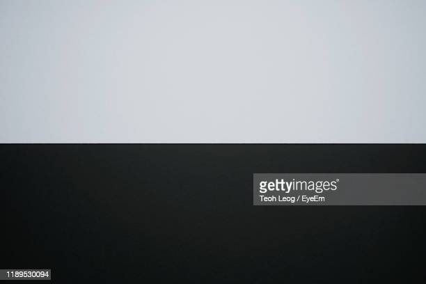 full frame shot of blank and white papers - fond gris photos et images de collection