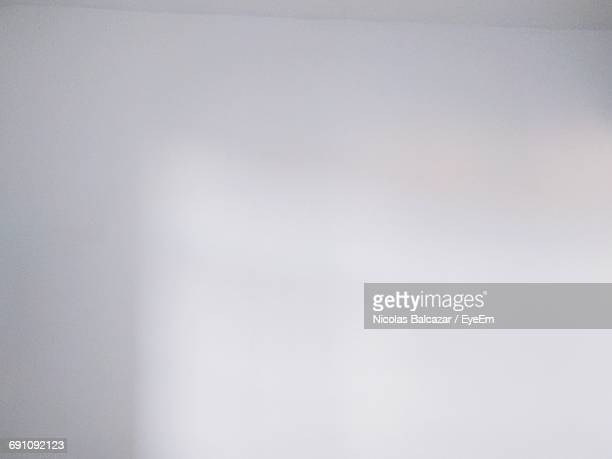 full frame shot of blank white wall - wand stock-fotos und bilder