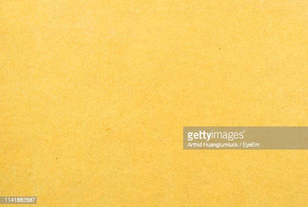 full frame shot of blank yellow paper - jaune photos et images de collection
