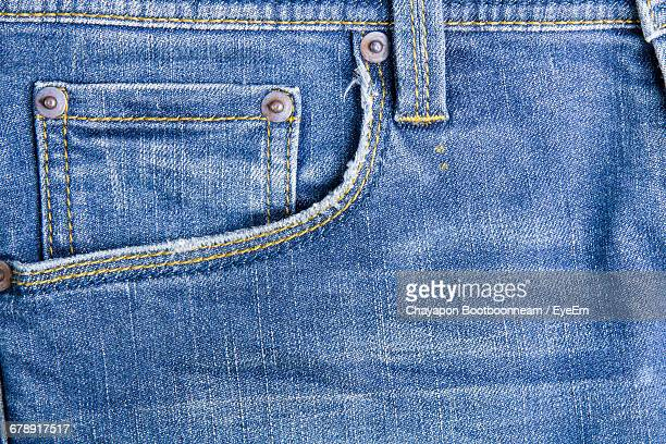 full frame shot of blue jeans - spijkerbroek stockfoto's en -beelden