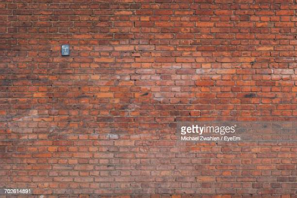 full frame shot of brick wall - pared de ladrillos fotografías e imágenes de stock