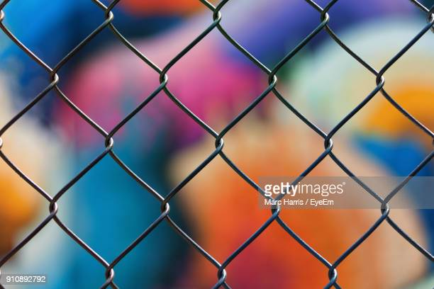 full frame shot of chainlink fence - obstruir - fotografias e filmes do acervo