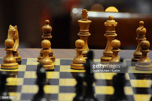 full frame shot of chess board - oppie muharti stock pictures, royalty-free photos & images