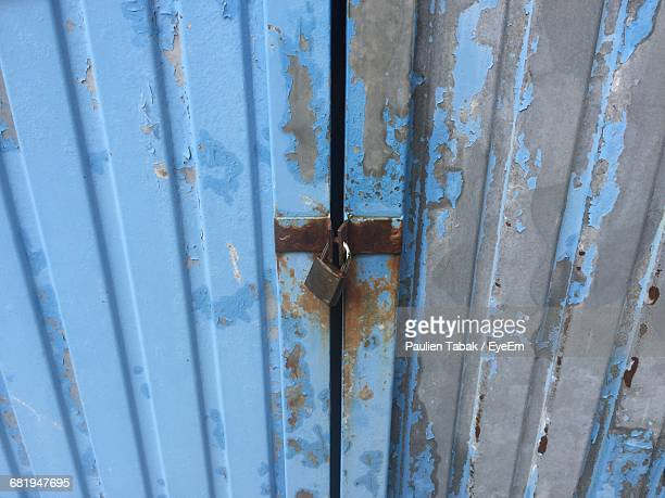 full frame shot of closed metallic door - paulien tabak stock pictures, royalty-free photos & images