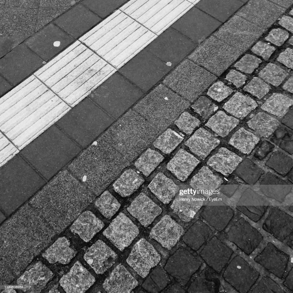 Full Frame Shot Of Cobblestone Street : Foto de stock