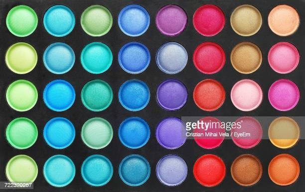 full frame shot of colorful eyeshadow palette - paleta de cores imagens e fotografias de stock