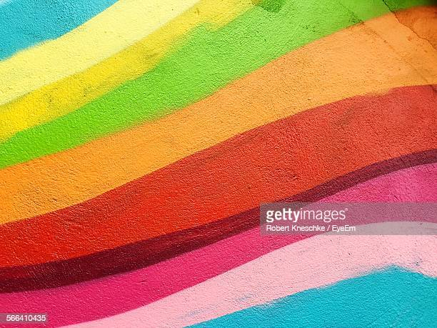 full frame shot of colorful graffiti wall - graffiti foto e immagini stock