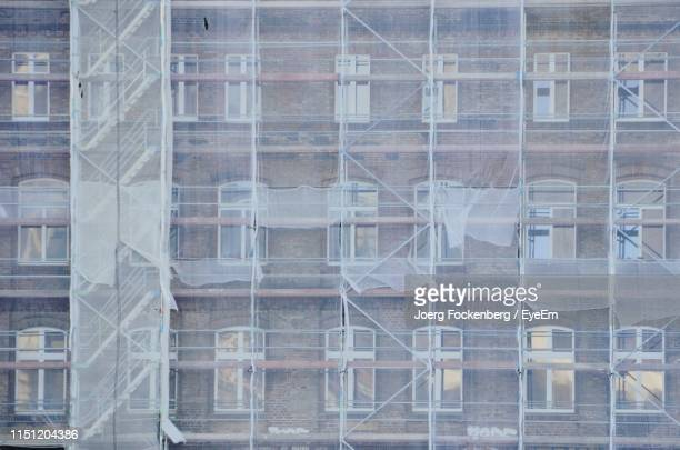 full frame shot of construction at building - netting stock pictures, royalty-free photos & images
