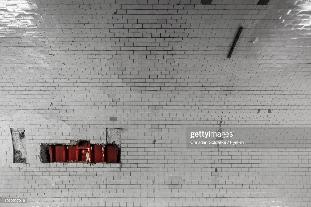 Full Frame Shot Of Damaged White Tiled Wall : Stock-Foto