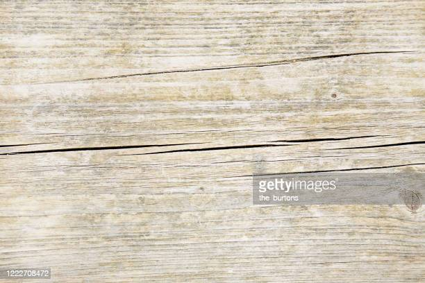full frame shot of faded and cracked wooden table, close-up - holz stock-fotos und bilder