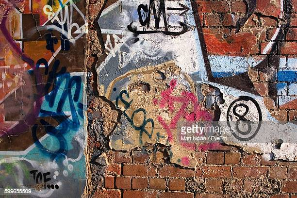full frame shot of graffiti wall - tag photos et images de collection