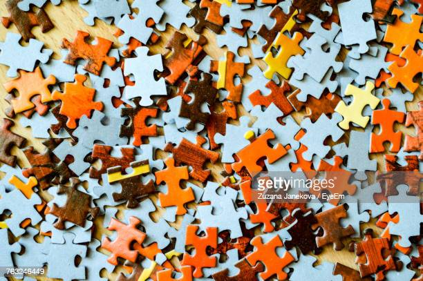 full frame shot of jigsaw pieces - raadsel stockfoto's en -beelden