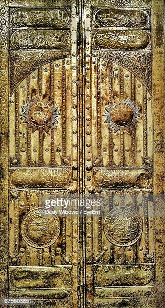 full frame shot of kabba gold door at al-haram mosque - mecca stock pictures, royalty-free photos & images