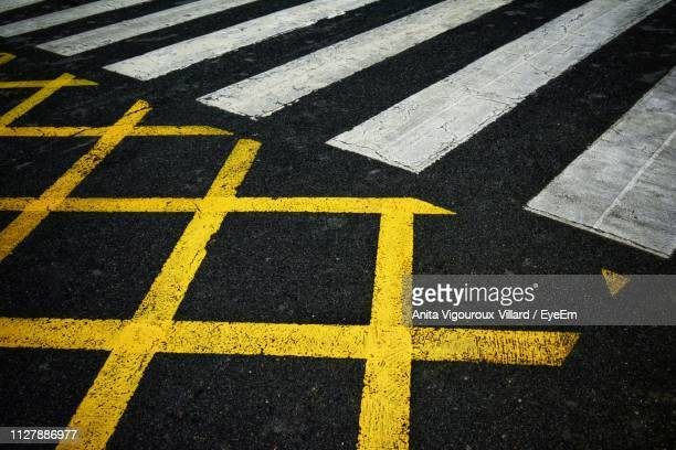 full frame shot of markings on road - marca de rua - fotografias e filmes do acervo