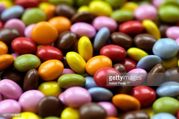 full frame shot of multi colored chocolate candies - comida doce imagens e fotografias de stock