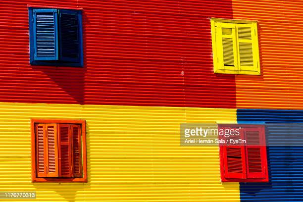 full frame shot of multi colored windows on wall - lateinamerika stock-fotos und bilder
