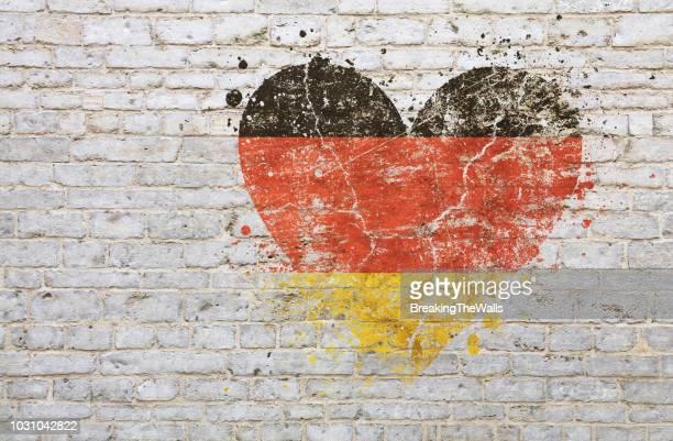 full frame shot of old wall with heart shape paint - deutschland stock-fotos und bilder