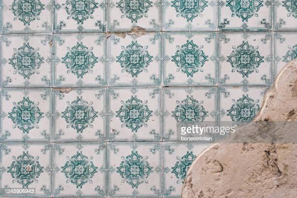 full frame shot of patterned wall - bortes stockfoto's en -beelden