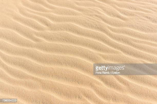 full frame shot of sand - sandig stock-fotos und bilder