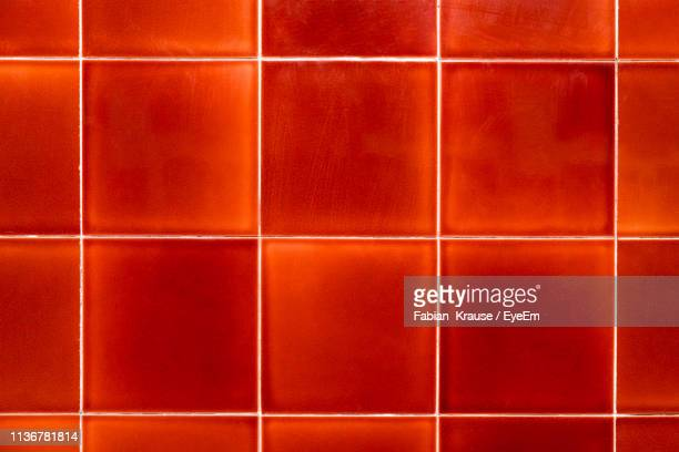 full frame shot of tiled wall - fliesenboden stock-fotos und bilder