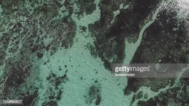 full frame shot of water on wall - bortes fotografías e imágenes de stock