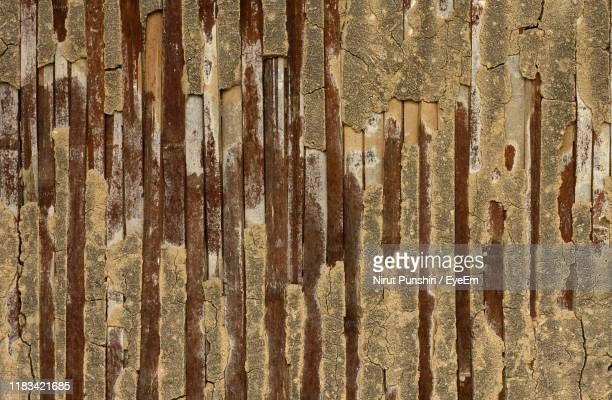 full frame shot of weathered wall - thai mueang photos et images de collection