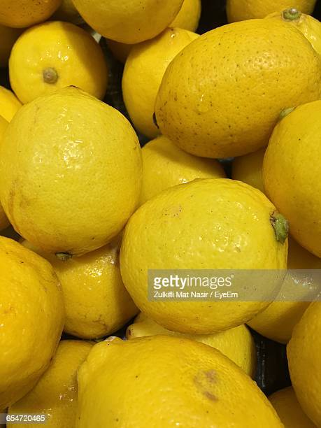 Full Frame Shot Of Wet Yellow Lemons Heap