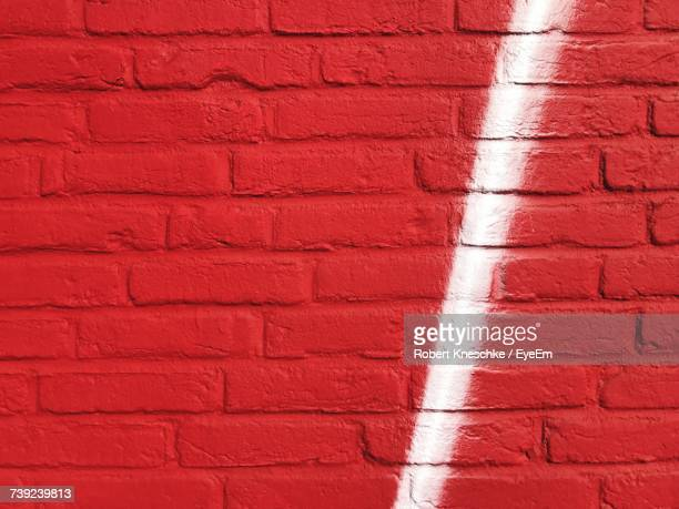 full frame shot of white and red brick wall - tag photos et images de collection