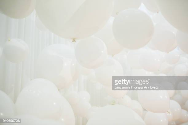 full frame shot of white balloons - leichter stock-fotos und bilder