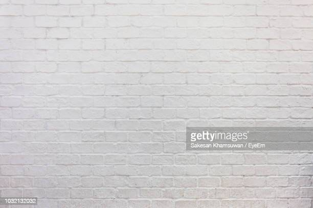 full frame shot of white brick wall - blanco color fotografías e imágenes de stock