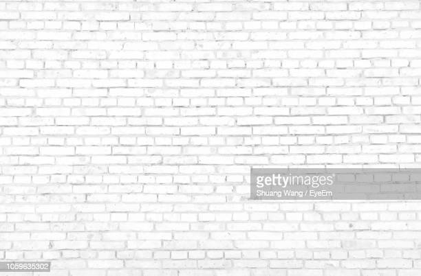 full frame shot of white brick wall - muur stockfoto's en -beelden