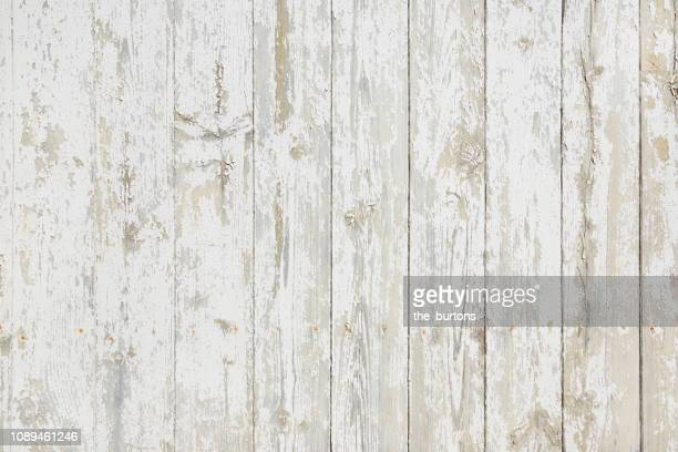 full frame shot of white painted wooden wall, backgrounds - rústico fotografías e imágenes de stock