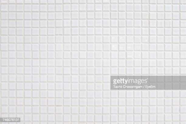 full frame shot of white tiled floor - fliesenboden stock-fotos und bilder