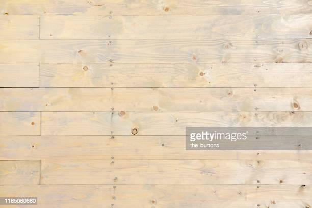 full frame shot of wooden wall - hell leuchtkraft stock-fotos und bilder