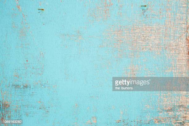 full frame shot of wooden wall with flaked paint, shabby chic style - hout stockfoto's en -beelden
