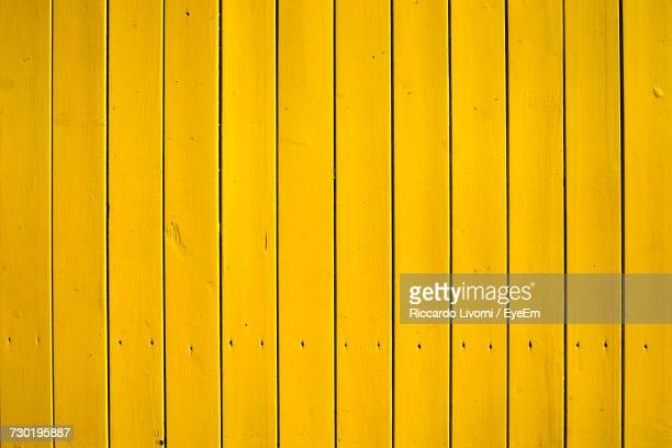 full frame shot of yellow fence - hek stockfoto's en -beelden