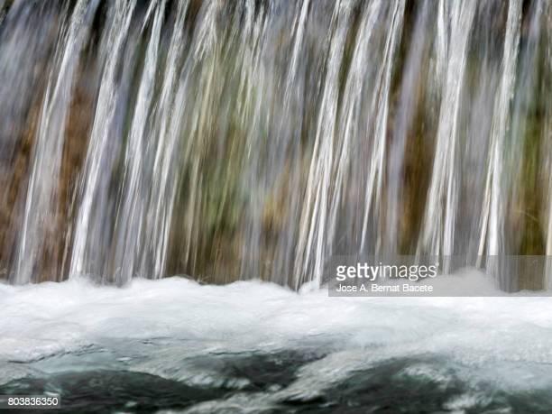 full frame water source that falls down in the shape of waterfall - fuente corriente de agua fotografías e imágenes de stock