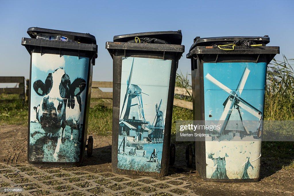 Full garbage bins depicting Dutch icons : Stockfoto