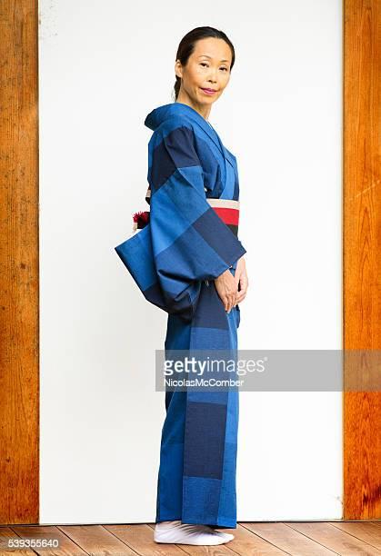 全長マチュア日本女性の着物のポートレート - 着物 ストックフォトと画像
