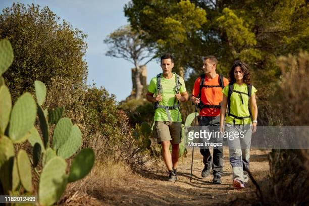 volledige lengte van backpackers wandelen op onverharde weg - catalonië stockfoto's en -beelden