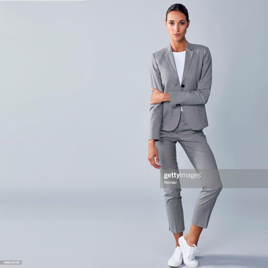 Volle Länge des zuversichtlich Geschäftsfrau Arm halten : Stock-Foto
