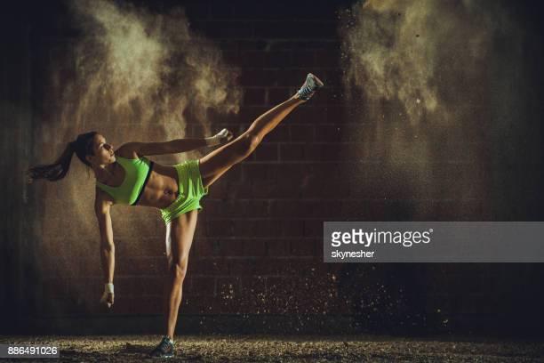 comprimento total de determinado atleta em um treino de kickboxing. - boxe feminino - fotografias e filmes do acervo
