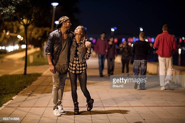 フルレングスの環境の歩道を歩くカップルでもご利用いただけます。