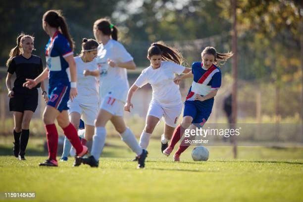 pleine longueur des joueuses de football en action sur un terrain de jeu. - football féminin photos et images de collection